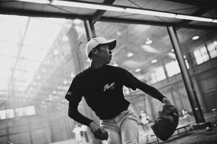 intimate-black-and-white-pictures-of-a-baseball-team-in-tokyo-0-900x599