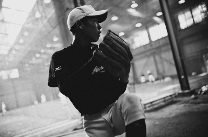 intimate-black-and-white-pictures-of-a-baseball-team-in-tokyo-10-900x595