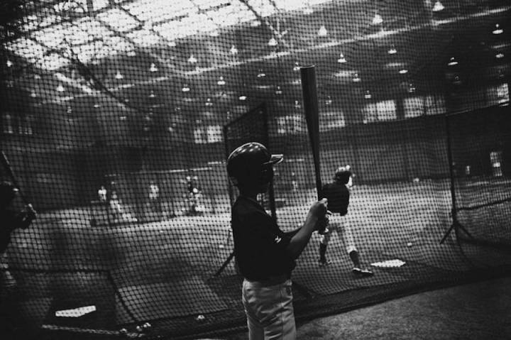 intimate-black-and-white-pictures-of-a-baseball-team-in-tokyo-15-900x599
