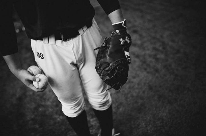 intimate-black-and-white-pictures-of-a-baseball-team-in-tokyo-3-900x597
