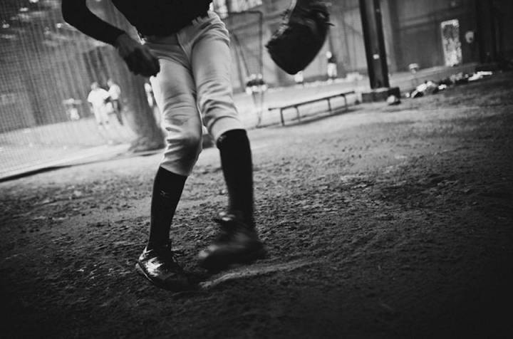 intimate-black-and-white-pictures-of-a-baseball-team-in-tokyo-7-900x595